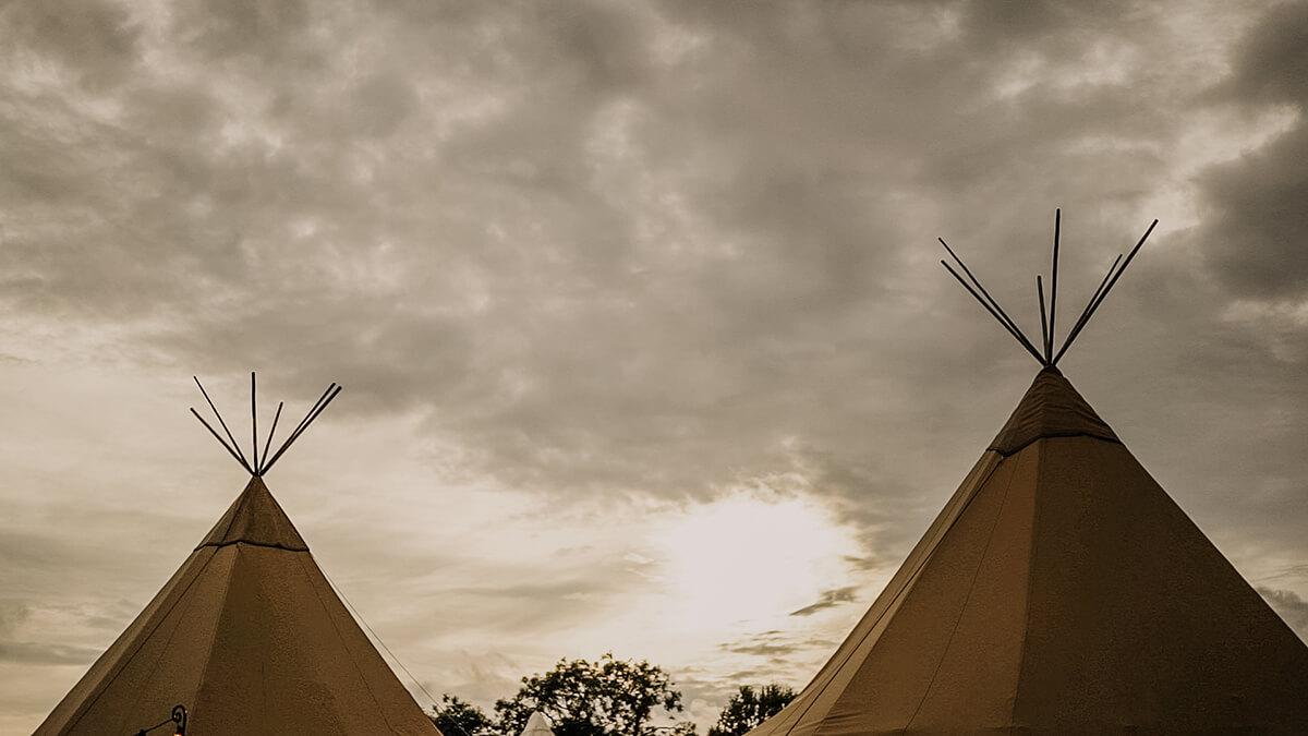 festival wedding, wedding videography hampshire, tipi wedding, tipi sunset